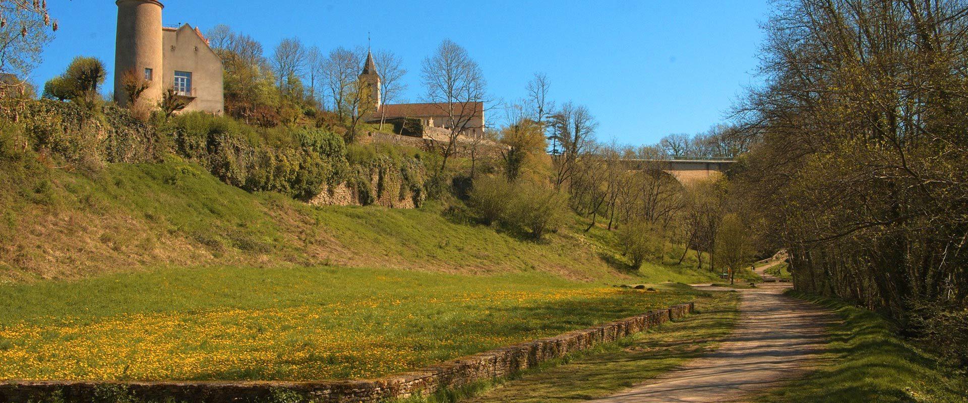 Pierre-Perthuis : le village, l'église et les deux ponts sur la cure